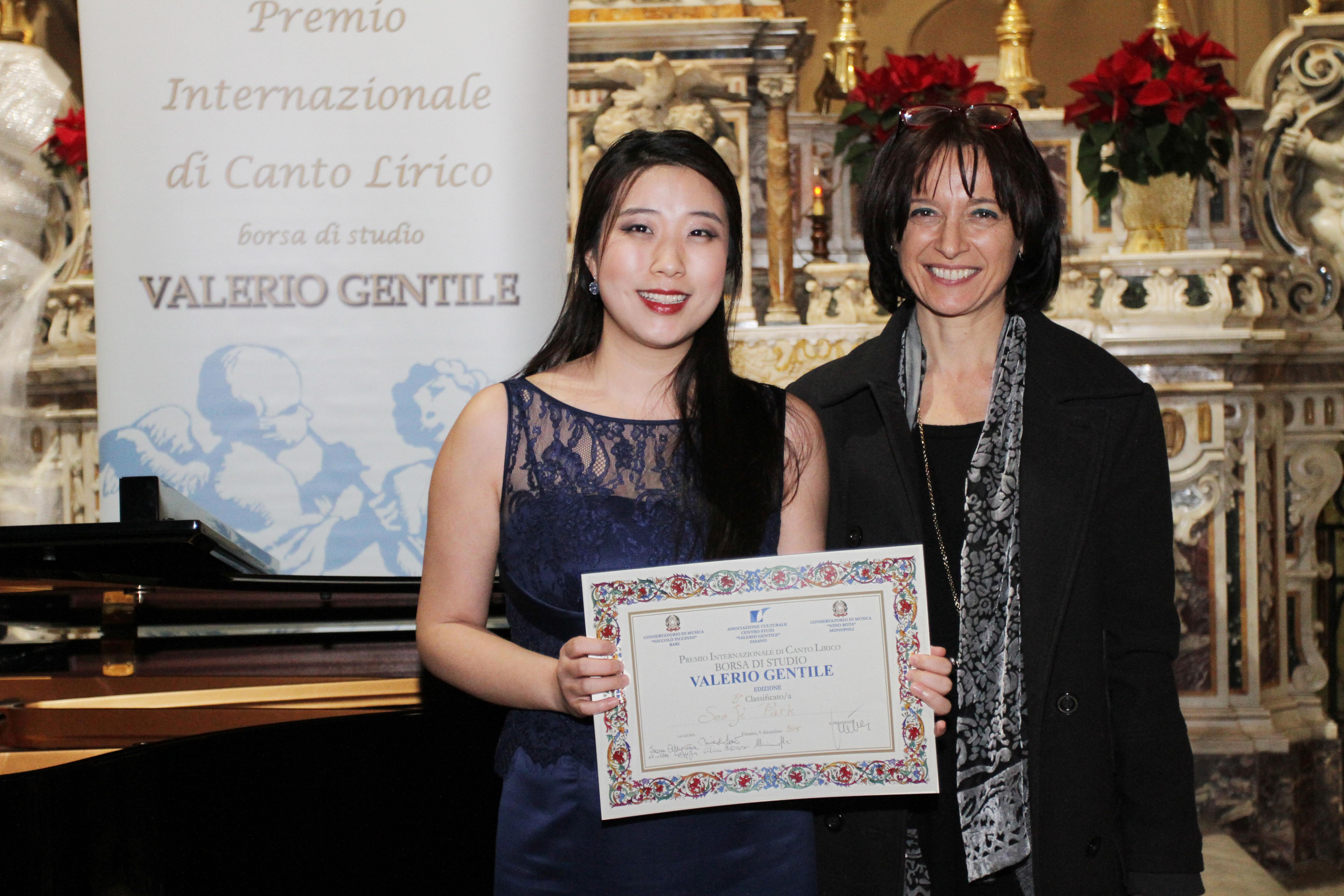 premiata dal Direttore Artistico del Premio prof.ssa Nicla Sciangalepore